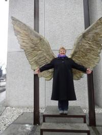 Flügelmenschin an der mexikanischen Botschaft